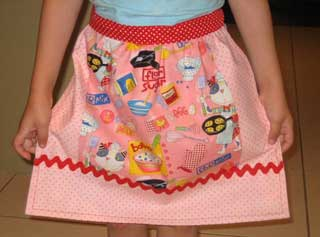 "FREE APRON PATTERN – apron made with ""Its a Dog's Life"